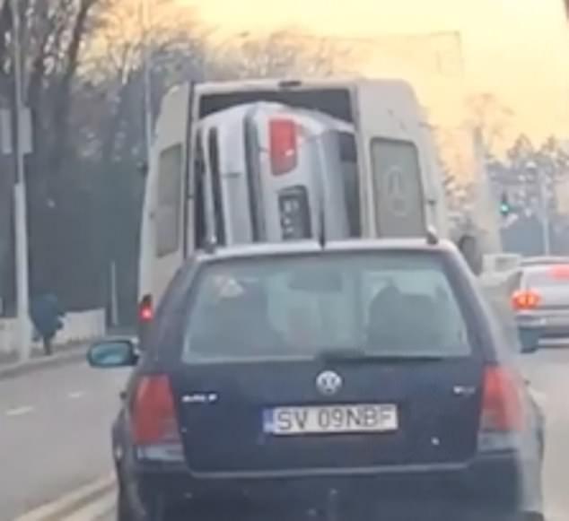 BMW 3 серии перевозят в кузове фургона в Румынии