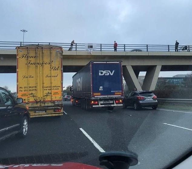 На фото показан момент, когда водитель грузовика остановился под мостом, чтобы помочь девушке, потому что все решили, что она «собралась спрыгнуть»