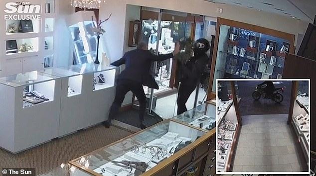 59-летний ювелир, сражается с головорезами в масках с мачете и отправляет их в бегство, ударив ногой в дверь перед вором