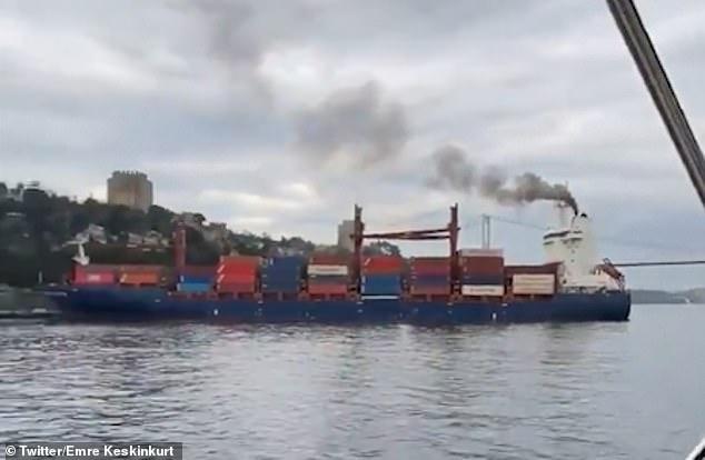 Большое cудно перевозящее грузы наваливается на береговую линию Босфора, а люди в ужасе разбегаются