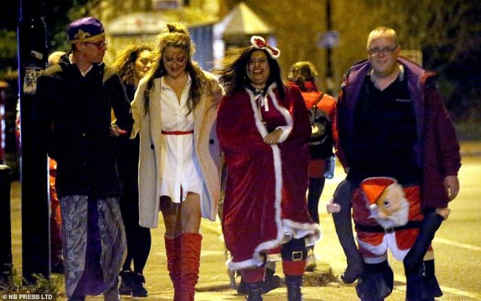 Сильный ветер и дождь не испугал праздничных гуляк в Англии. Они сумели поразить город Лидс своим хорошим настроением