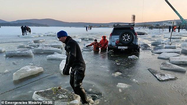 Российские любители подлёдного лова вынуждены вылавливать свои машины из замерзшего моря