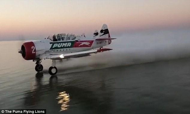 Захватывающий дух момент, когда самолет начинает глиссировать колёсами по поверхности озера