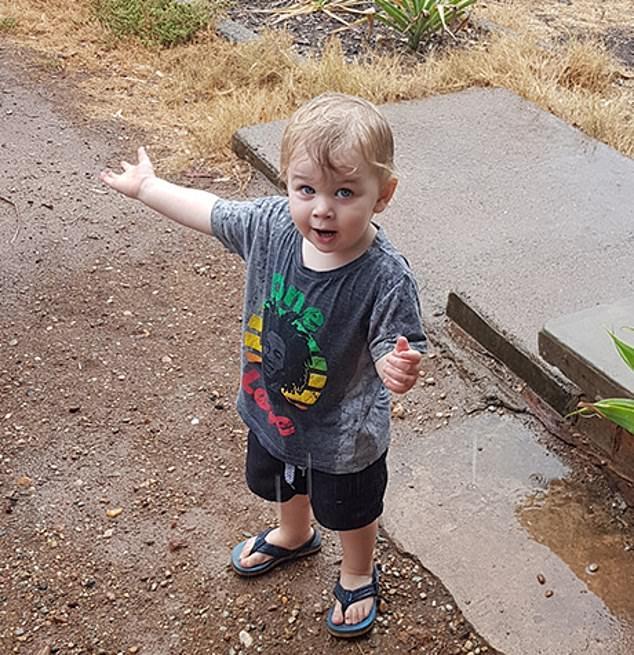 Трогательный момент маленький мальчик танцует от радости и ходить под дождём, впервые в жизни видя дождь