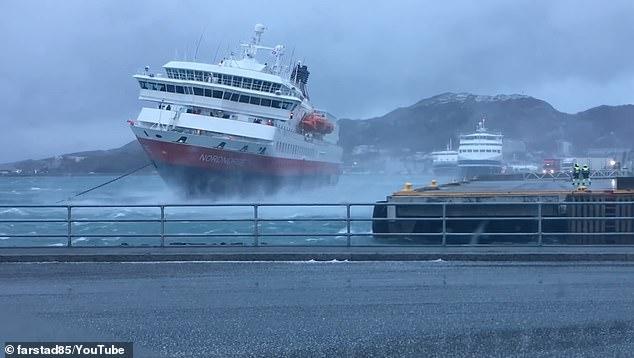Страшно. Круизное судно сильно раскачивается и ударяется о стену гавани, когда оно причаливает в экстремальных условиях в Норвегии