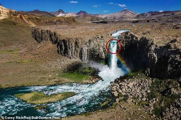 Ужасающий момент каякер падает на байдарке вниз с водопада высотой 40 метров
