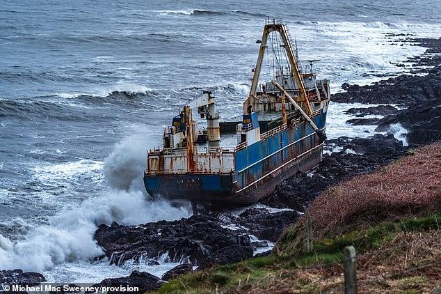Судно-призрак прибило к Ирландскому берегу сильным штормом Деннис