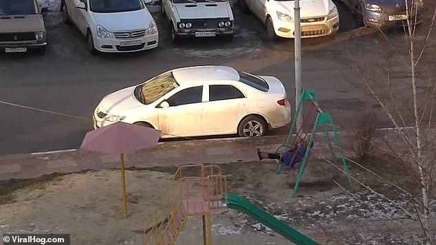 Мать протянула веревку к окну четвертого этажа и привязала ее к качелям, чтобы она могла играть со своим ребенком из дома