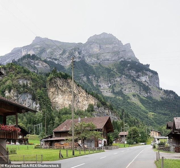 Вся швейцарская деревня предупреждена, что им придется покинуть свои дома на 10 лет, пока не будет очищен склад боеприпасов