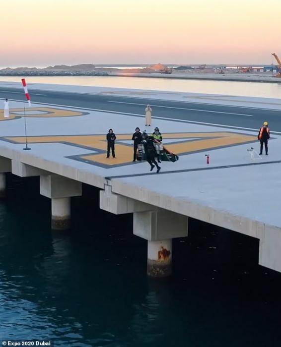 Фильм показывает пилота, летящего на реактивном ранце типа «Железный Человек» со скоростью 150 миль в час