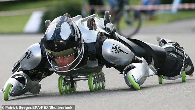 Изобретатель из Франции развил скорость 78 миль в час в своем бронированном костюме Железного Человека на 32 колесиках