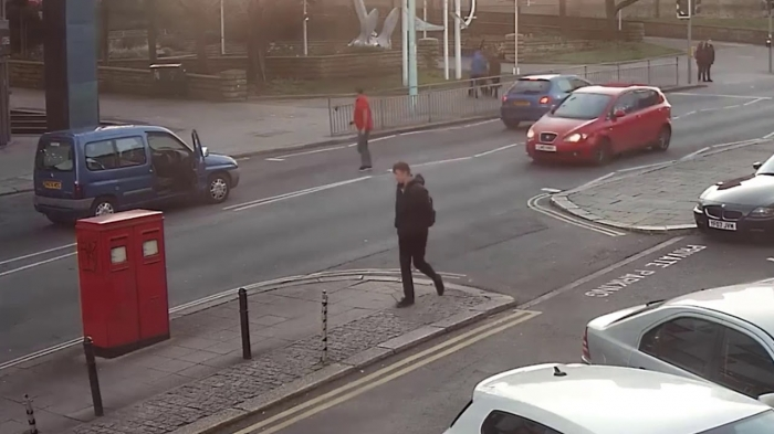 Шок. Мужчину чуть не задавили за дверью своей машины после того, как другой водитель в ярости пошёл на таран задним ходом