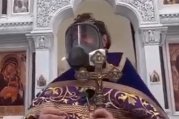 Из-за эпидемии коронавируса священник пришёл на службу в противогазе
