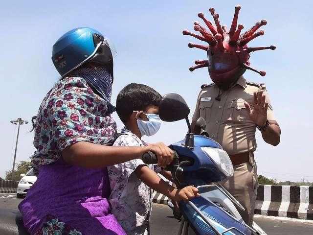 Полиция в Индии уже не знала, что делать, загоняя людей в дома на карантин. Однако появился Коронакоп и люди стали, как шёлковые.