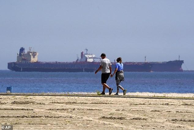 Десятки нефтяных танкеров стоят у берегов Южной Калифорнии, так как мировой кризис привёл к падению спроса на нефть