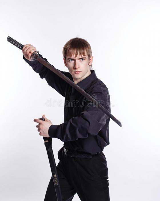 Мужчина велел выключить музыку, а потом погнался за соседом с мечом