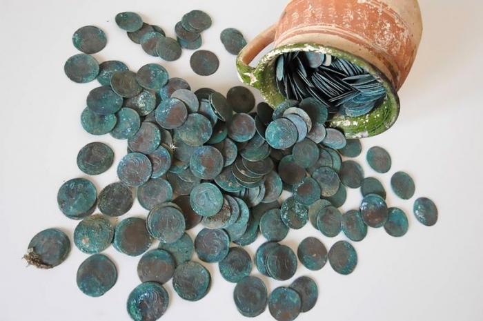 Рабочие, заменяющие половицы, обнаружили тайник, полный 300-летних монет