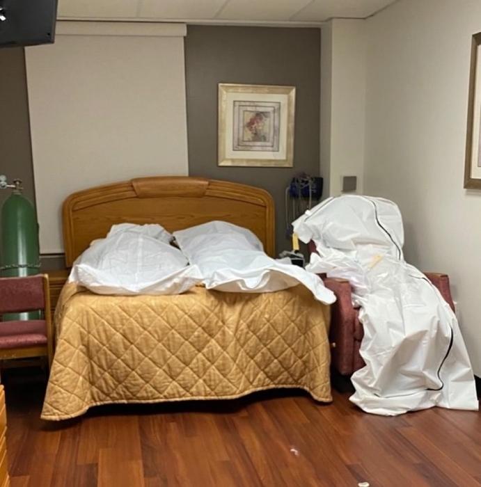 На фото «тела, лежащие в палате детройтской больницы и сваленные друг на друга в передвижном морге»