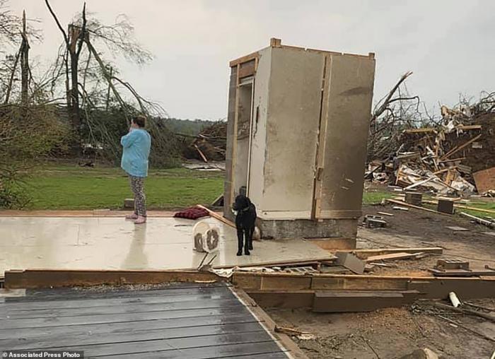 Семья из Миссисипи из 4 человек спаслась от смертоносного торнадо, убившего 34 человека, благодаря их бетонной комнате безопасности