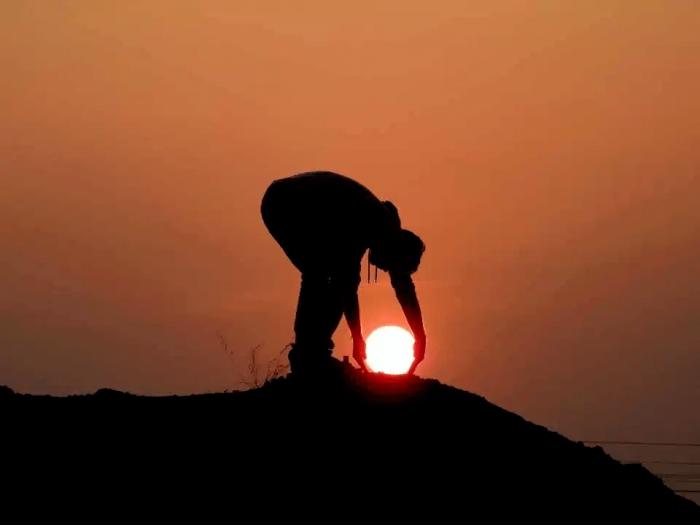 На фото парень поймал солнце, а фотограф сделал картинки, запечатлев моменты, когда солнце было в руках у мужчины