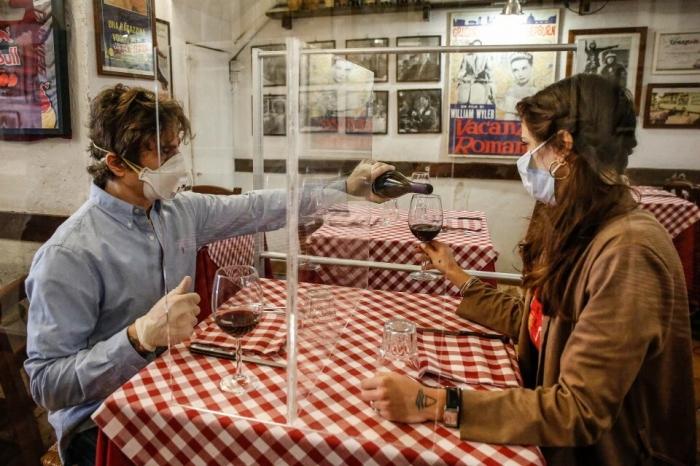 Европа привыкает к посткоронавирусной изоляции, включая плексигласовые «Противовирусные щиты» в итальянских ресторанах