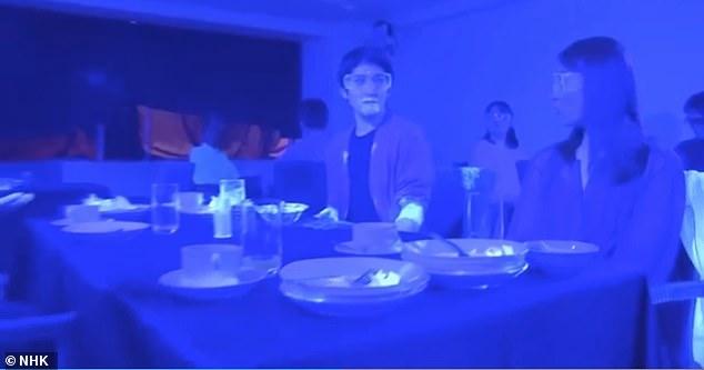 Видео с использованием «черного света» показывает, насколько быстро вирус передаётся, например в ресторане