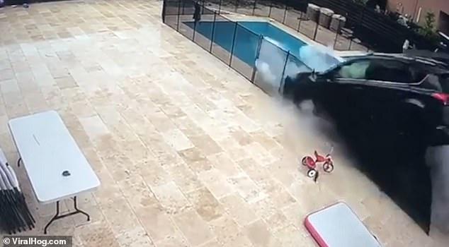 Внедорожник потерял управление и пролетел через заборы и бассейн, и приземлился на другой улице