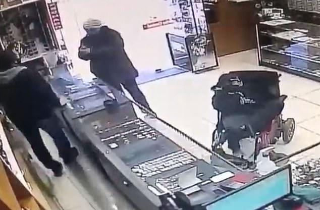 Парализованный глухонемой юноша пытается ограбить ювелирный магазин в Бразилии с помощью поддельного пистолета, удерживаемого ногами