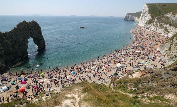 «Дебилы» прыгали c арки Durdle высотой 60 м перед закрытым переполненным пляжем
