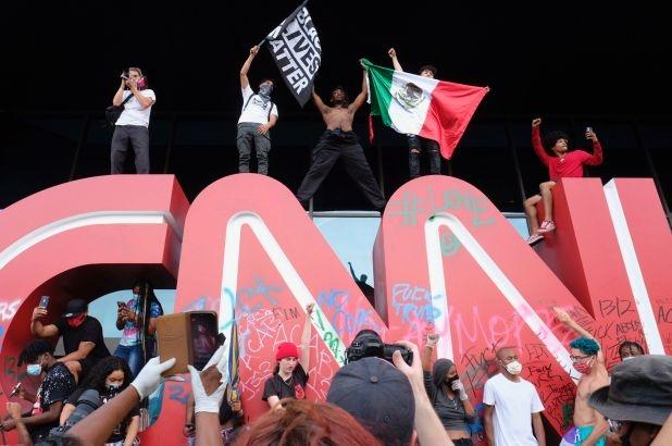 В Атланте мирные протестующие разгромили офис CNN