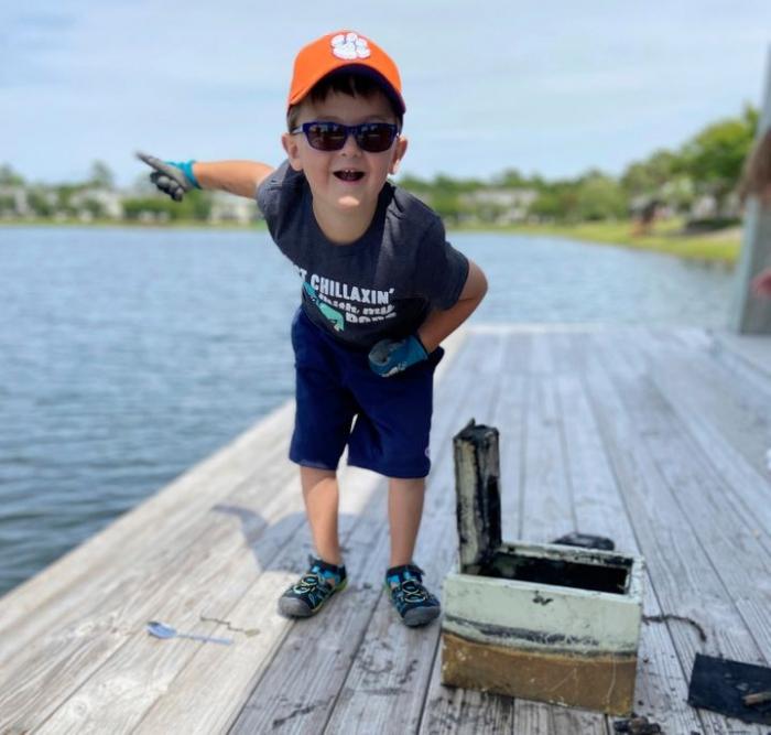Мальчик, 6 лет, раскрыл дело о грабеже, выловив затонувший сейфе из озера