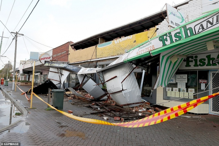 Шторм который случается раз в десятилетия обрушивается на Австралию, здания превращаются в руины, а сотни зданий остаются без электроэнергии