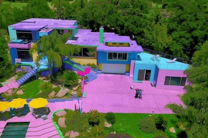 Художник превращает коричневый дом в радужный, но не всем соседям это понравилось