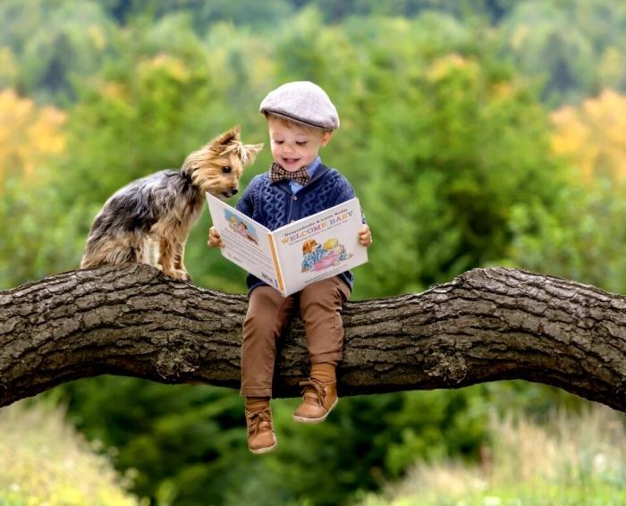 Мальчик Адриан Михалек доказывает, что собака, действительно, лучший друг человека, когда он позирует вместе со своим терьером