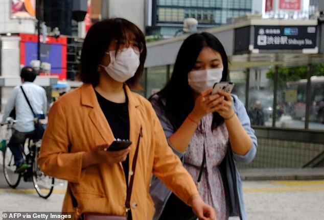 Идти и смотреть в ваш телефон, теперь НЕЗАКОННО в соответствии с новыми законами, которые рассматриваются в Японии