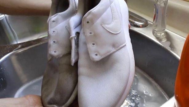 Женщина чистит грязные кроссовки, используя только зубную пасту. Они выглядят, как новые