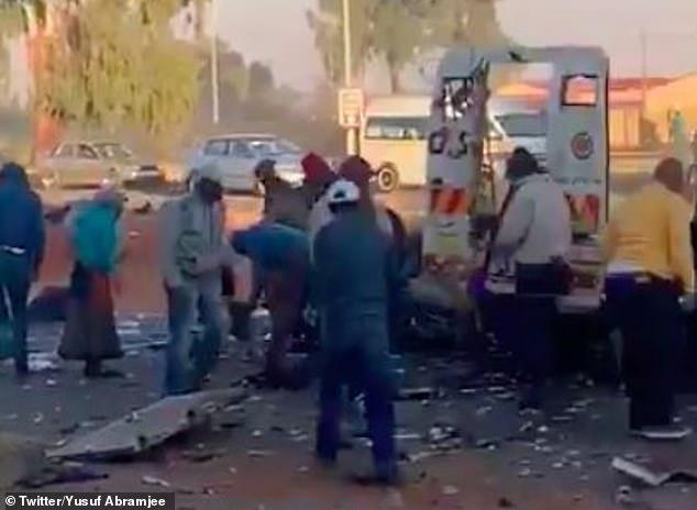 Неуклюжие грабители взорвали фургон для перевозки денег, так что деньги летали повсюду