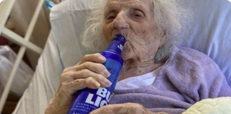 «Старенькая польская бабушка», 103 года, победила коронавирус, а затем открыла выпить пиво