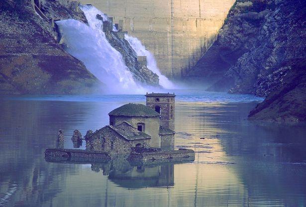 Итальянская деревня, ушла под воду и впервые за 26 лет появилась на поверхности в первозданном виде