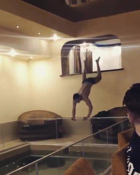 Банкир выпрыгивает через стеклянную панель в бассейн, чтобы показать трюк на 30-й день рождения. Но всё пошло ужасно неправильно