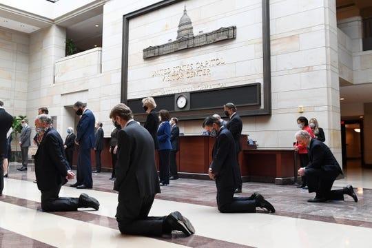 Сенаторы демократической партии США встали на колени в память об убитом уголовнике