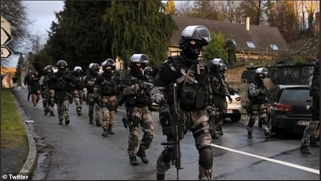 Франция отправила армию в Дижон, когда город превратился в зону боевых действий из-за чеченских банд, цель которых отомстить арабам