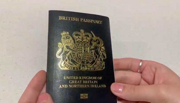 Новый, после Брексита «синий» английский паспорт вызывает смех. Все говорят, что он «черный»
