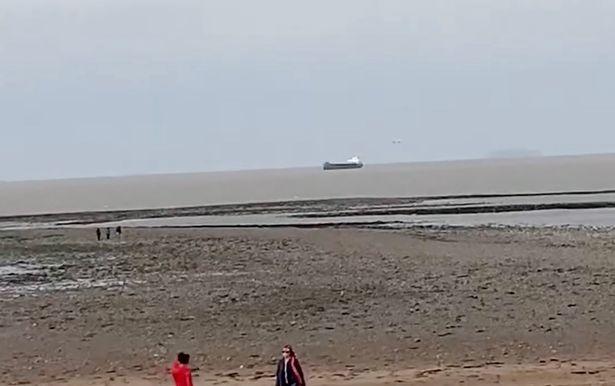 Огромный серебряный сигарообразный НЛО снят над Бристольским каналом в «невероятном приближении»