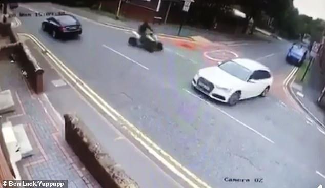 Квадроцикл серьезно пострадал, когда он врезался в машину, выезжающую на перекрёстке