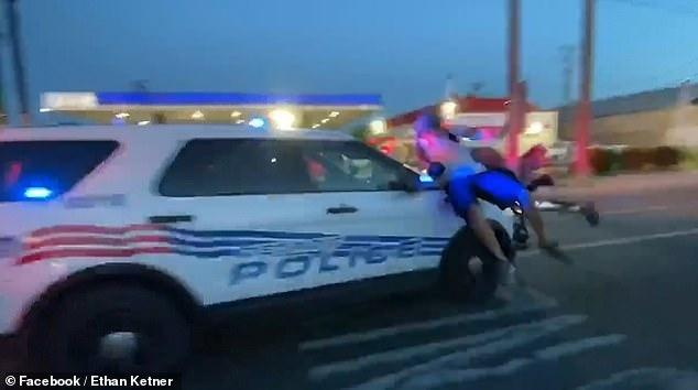 До 12 человек получили ранения, когда полицейская машина в Детройте врезалась в толпу протестующих, и уехала