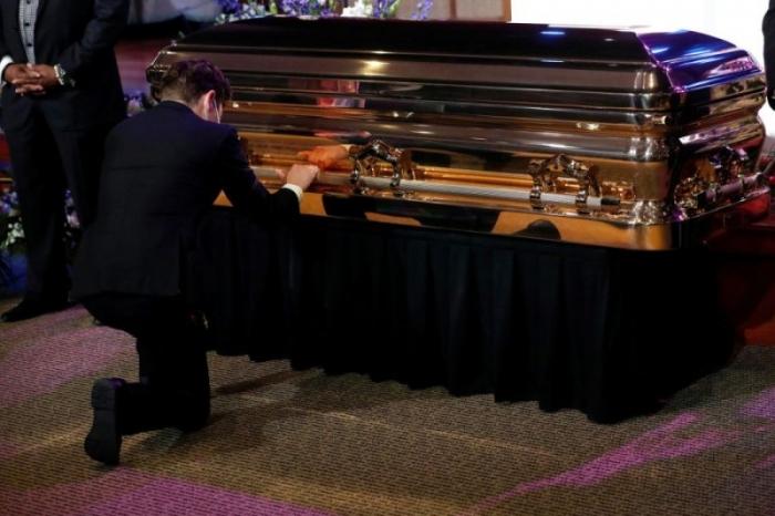 Мэр Миннеаполиса встал на колени и разрыдался у гроба уголовника