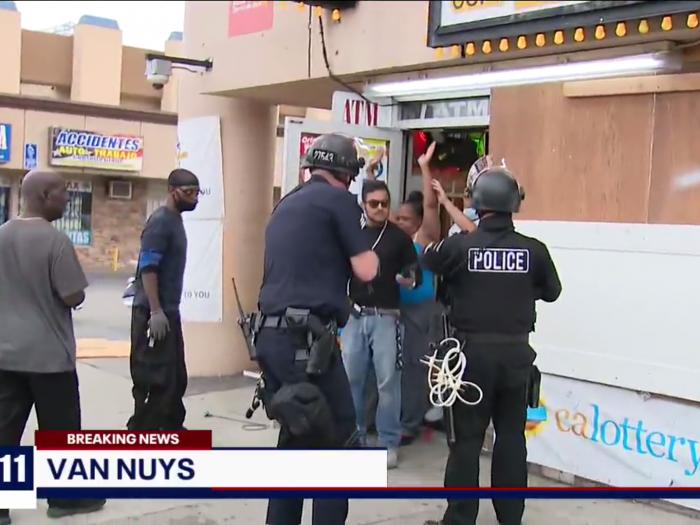 В США полиция арестовала владельцев магазина, которые мешали неграм его грабить
