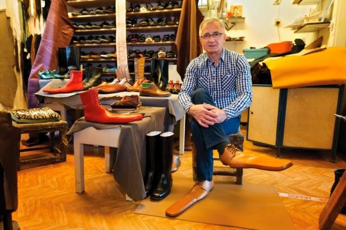 Сапожник создает пару обуви с длинными носами, чтобы удерживать людей на безопасном коронавирусном расстоянии