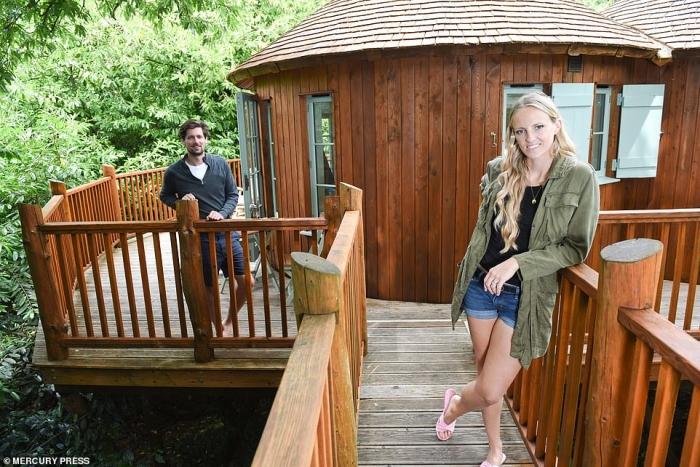 Лондонская пара проводит карантин в роскошном домике на дереве и говорит, что они «очень счастливы»